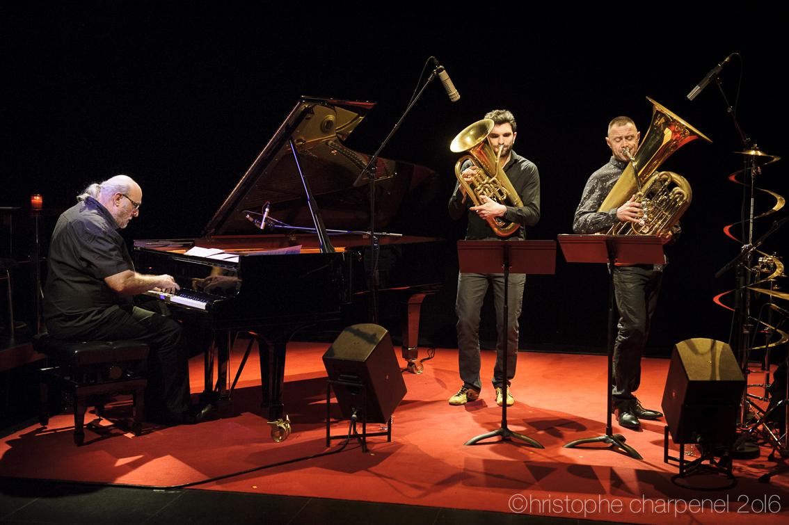 Au côté d'Andy Emler, Anthony Caillet à l'euphonium et François Thuillier au tuba, le 11 février.